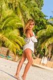 Mulher bonita nova na praia tropical, férias de verão Imagens de Stock Royalty Free