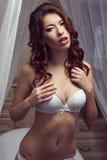 Mulher bonita nova na roupa interior: sutiã branco do laço, cuecas Fá Foto de Stock Royalty Free