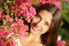 Mulher bonita nova nas flores imagens de stock