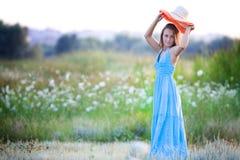 Mulher bonita nova no campo Foto de Stock