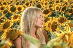 Mulher bonita nova no campo de florescência do girassol Foto de Stock Royalty Free