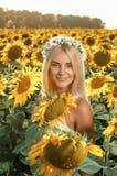 Mulher bonita nova no campo de florescência do girassol Imagem de Stock Royalty Free