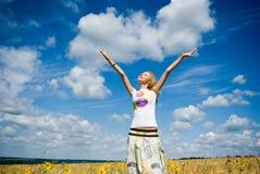 Mulher bonita nova no campo de trigo dourado Imagens de Stock Royalty Free