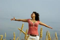 Mulher bonita nova no campo de trigo dourado Imagem de Stock