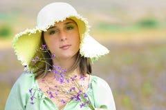 Mulher bonita nova no campo no verão Imagem de Stock Royalty Free