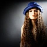 Mulher bonita nova no chapéu foto de stock
