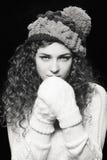 Mulher bonita nova no chapéu engraçado feito malha fotografia de stock royalty free