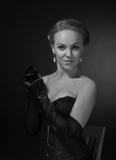 Mulher bonita nova no espartilho preto com brincos da pérola Imagens de Stock