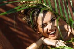 Mulher bonita nova no fundo tropical Fotos de Stock