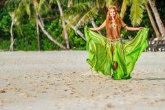 Mulher bonita nova no fundo tropical da árvore fotografia de stock royalty free