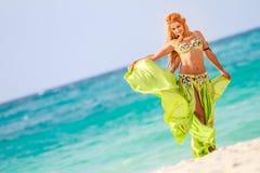 Mulher bonita nova no fundo tropical da árvore fotos de stock