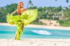 Mulher bonita nova no fundo tropical da árvore foto de stock royalty free