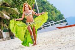 Mulher bonita nova no fundo tropical da árvore imagens de stock