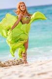 Mulher bonita nova no fundo tropical da árvore fotografia de stock