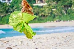 Mulher bonita nova no fundo tropical da árvore imagem de stock