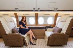 Mulher bonita nova no interior luxuoso no jato do negócio Imagem de Stock Royalty Free