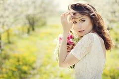 Mulher bonita nova no jardim Fotografia de Stock