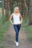 Mulher bonita nova no parque imagens de stock royalty free