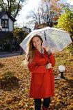 Mulher bonita nova no parque em um tiro da forma, olhando ausente e sorrindo - mulher caucasiano, outono, queda, parque Fotografia de Stock