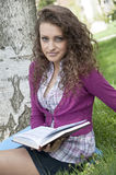 Mulher bonita nova no parque, natureza Foto de Stock Royalty Free