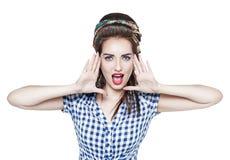 Mulher bonita nova no pino retro acima da gritaria do estilo com seu ha Foto de Stock Royalty Free
