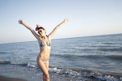 Mulher bonita nova no roupa de banho que está na praia fotos de stock royalty free