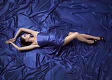 Mulher bonita nova no vestido azul imagem de stock