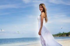 Mulher bonita nova no vestido de casamento na praia tropical fotografia de stock