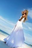 Mulher bonita nova no vestido de casamento na praia tropical imagem de stock