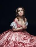 Mulher bonita nova no vestido medieval no preto Fotografia de Stock
