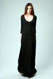 Mulher bonita nova no vestido preto longo fotografia de stock