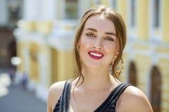 Mulher bonita nova no vestido preto que levanta fora em ensolarado nos Imagem de Stock