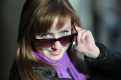Mulher bonita nova nos óculos de sol com telefone imagem de stock