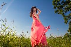 Mulher bonita nova nos campos foto de stock
