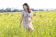 Mulher bonita nova nos campos imagens de stock royalty free