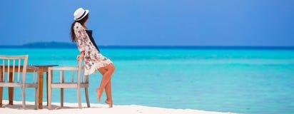 Mulher bonita nova perto do café da praia durante ela foto de stock royalty free