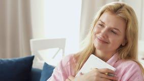 Mulher bonita nova que abraça o caderno com seu sonho video estoque