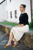 Mulher bonita nova que anda através das ruas da cidade velha Fotografia de Stock Royalty Free