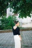 Mulher bonita nova que anda através das ruas da cidade velha Fotografia de Stock