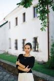 Mulher bonita nova que anda através das ruas da cidade velha Imagem de Stock Royalty Free