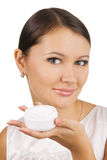 Mulher bonita nova que aplica o creme de pele Imagens de Stock