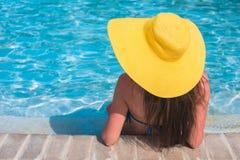 Mulher bonita nova que aprecia férias no fotografia de stock royalty free