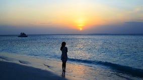 Mulher bonita nova que aprecia férias tropicais da praia filme