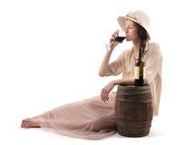 Mulher bonita nova que bebe um vidro do vinho imagem de stock royalty free