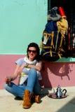 Mulher bonita nova que descansa e que toma um copo do chá, montanhas de atlas, Marrocos Imagem de Stock