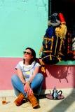 Mulher bonita nova que descansa e que toma um copo do chá, montanhas de atlas, Marrocos Foto de Stock