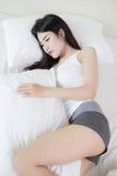 Mulher bonita nova que dorme na cama Imagem de Stock Royalty Free
