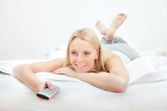 Mulher bonita nova que encontra-se na cama Fotografia de Stock Royalty Free