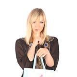 Mulher bonita nova que está com sacos de compras cor-completos Fotografia de Stock Royalty Free