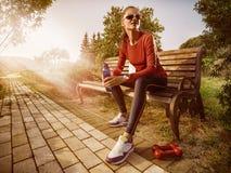 Mulher bonita nova que faz a aptidão em um parque Fotos de Stock